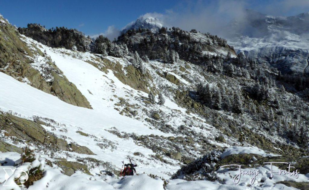 A la altura del Ibón de Paderna calzamos esquís.